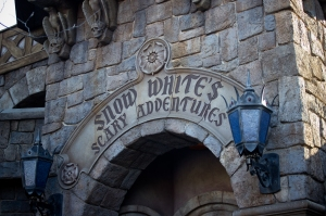 Snow_White's_Scary_Adventures_Entrance